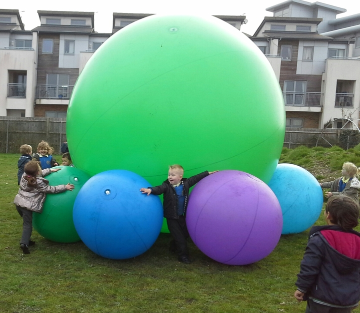 Giant_ball_outdoors
